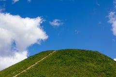 Ścieżki i wzgórza przeciw niebieskiemu niebu zdjęcia royalty free