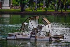 Ścieki traktowania maszyna w wielkich stawach w parku przy Bangkok, Tajlandia, dystrybucja woda - ścieki traktowania maszyna obrazy stock