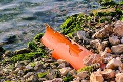 Ściekowe fajczane końcówki w morzu, ekologia zdjęcie royalty free