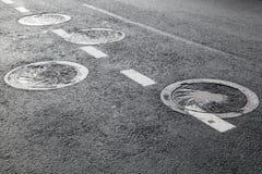 Ściekowi manholes na asfaltowej drodze Fotografia Stock
