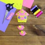 Ścienna dekoracja robić od filc Colourful dom z ptakami i kwiatami Nożyce, filc ciąć na arkusze, barwili, nić, szpilka na drewnia Obraz Stock
