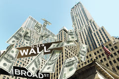 Ścienni uliczni spada pieniędzy rachunki Obrazy Stock