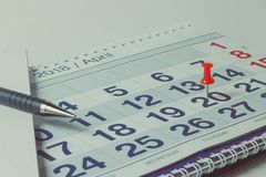 Ścienny kalendarz, pióro, biznesowy pojęcie i czas, zdjęcie royalty free