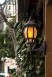 Ścienny lampion w ogródzie Dekoracja w ogródzie fotografia stock