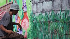 Ścienny malarz maluje ogród na betonowej ścianie zdjęcie wideo