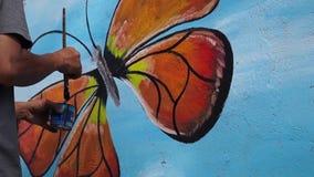 Ścienny malarz rysuje motyla na betonowej ścianie Czasu upływ zbiory wideo