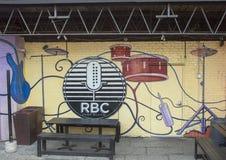 Ścienny malowidło ścienne otacza plenerowego karmowego patio, Głęboki Ellum, Dallas, Teksas Obrazy Stock