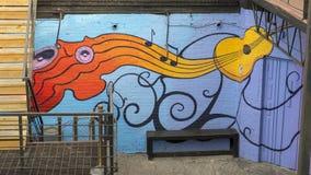 Ścienny malowidło ścienne otacza plenerowego karmowego patio, Głęboki Ellum, Dallas, Teksas Fotografia Stock