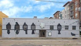Ścienny malowidło ścienne uwypukla ptaki Frank Camagna, Głęboki Ellum, Teksas Zdjęcia Royalty Free