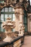 Ścienny pawilon w Zwinger z statuą fotografia royalty free
