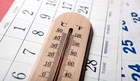 Ścienny termometr na bielu stole na prześcieradłach ścienny kalendarz obrazy stock