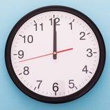 Ścienny zegar na błękitnym tle Dwanaście o `zegar Zdjęcie Royalty Free
