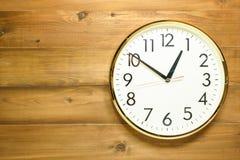 Ścienny zegar na drewnianej ścianie Fotografia Stock