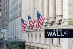 Ścienny znak uliczny w Miasto Nowy Jork z New York Stock Exchange tłem obraz stock