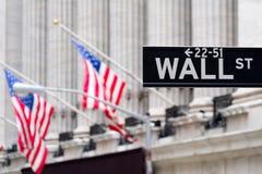 Ścienny znak uliczny z New York Stock Exchange na backgro fotografia royalty free