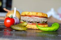 ścinku hamburgeru odosobneni ścieżki warzywa Fotografia Stock