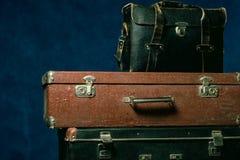 ścinku komputer wytwarzał wizerunek zawierać stare ścieżki sterty walizki Zdjęcia Stock