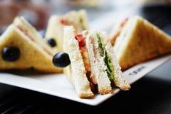Ściska hamburgery z mięsem, serem i zieleniami na białym talerzu, Zdjęcia Stock