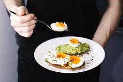 Ściska z świeżymi warzywami, avocado, twardymi jajkami i dyniowymi ziarnami z, oliwa z oliwek i chlebem Zdrowa dieta lub Obraz Stock