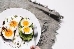 Ściska z świeżymi warzywami, avocado, twardymi jajkami i dyniowymi ziarnami z, oliwa z oliwek i chlebem Zdrowa dieta lub obrazy stock