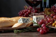 Ściska z błękitnym serem i rozmarynami na ciemnym tle obraz royalty free