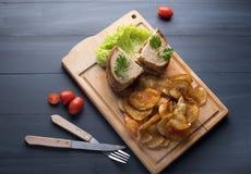 Ściska z kurczakiem, sałatka i frytki na drewnianym tle zdjęcie royalty free
