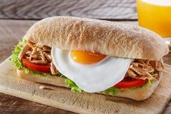 Ściska z piec na grillu mięsnym jajecznym pomidorowym sałatkowym ciabatta Fotografia Stock