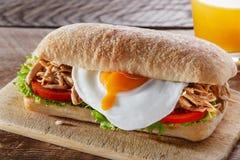 Ściska z piec na grillu mięsnym jajecznym pomidorowym sałatkowym ciabatta Zdjęcia Stock