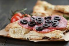 Ściska z pita chlebowym salami dalej warzywami i obraz stock
