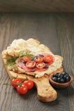 Ściska z pita chlebowym salami dalej warzywami i obrazy stock