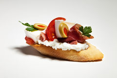 Ściska z serem, pietruszką, oliwką, baleronem i pomidorem na wh białymi, Obrazy Stock