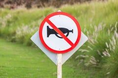 Ścisza strefę w wiejskiej scenie znak ostrzegawczy no używa pojazdu Zdjęcie Royalty Free