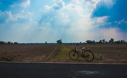 Śladów, poly, nieba, chmur, promieni, światła słonecznego i wody park w t, Zdjęcia Stock
