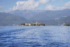 Ślad łódź bethween Isola Bella i Isola Superiore dei Pescatori, Lago Maggiore fotografia stock