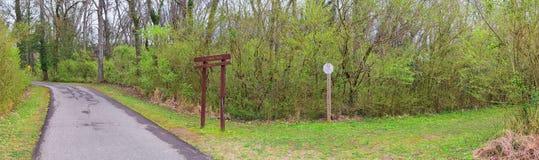 Ślad i znaki ostrzegawczy wzdłuż Shelby Zgłębiamy Greenway i Naturalnego terenu Cumberland Rzeczna pierzeja wlec, Muzyczny miasto fotografia stock