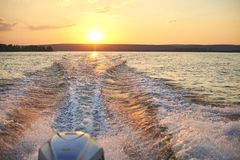 Ślad od łodzi na rzece przy zmierzchem Zdjęcie Royalty Free