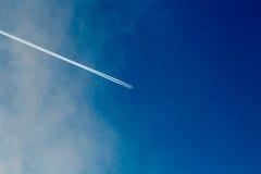Ślad od samolotu w błękitnym pogodnym niebie Obrazy Stock