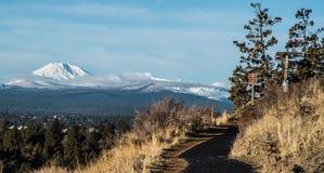 Ślad z śnieg zakrywać górami obrazy stock