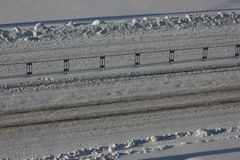 Ślada samochody na śniegu na drodze, jezdnia, bezpieczeństwo na drogach lód dla nabijać ćwiekami opon Słoneczny dzień, wiosna jes zdjęcie stock