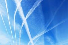 Ślada samoloty w niebie obraz stock