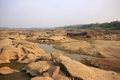 Ślada wody żlobić skały obraz stock