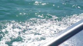 Śladu morza wodna błękitna powierzchnia za spławowym statkiem z pianą i fala zamykamy up Ślad woda morska z, upadki, gulgocze zbiory