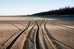 Śladu samochód na piasku blisko jeziora Zdjęcia Royalty Free