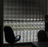 Śledzony biuro Przewodniczy Waiiting Przy świtem Z Szklanym blokiem Windows fotografia royalty free