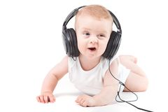 Śliczna ładna chłopiec w białych hełmofonach na głowie i koszula obraz royalty free