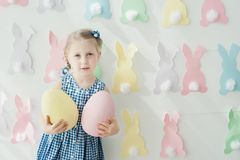 Śliczna śmieszna dziewczyna z koszykowy pełnym Wielkanocni jajka w domu Obrazy Royalty Free