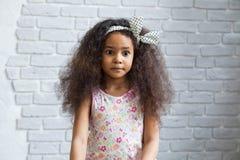 Śliczna afro dziewczyna przeciw szarej ścianie Fotografia Royalty Free
