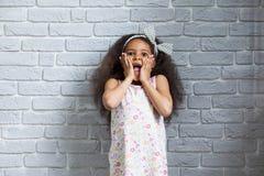 Śliczna afro dziewczyna przeciw szarej ścianie Obrazy Royalty Free