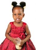 Śliczna amerykanin afrykańskiego pochodzenia dziewczyna pije mleko Zdjęcie Royalty Free