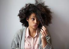 Śliczna amerykanin afrykańskiego pochodzenia dziewczyna z afro fryzurą Obraz Stock